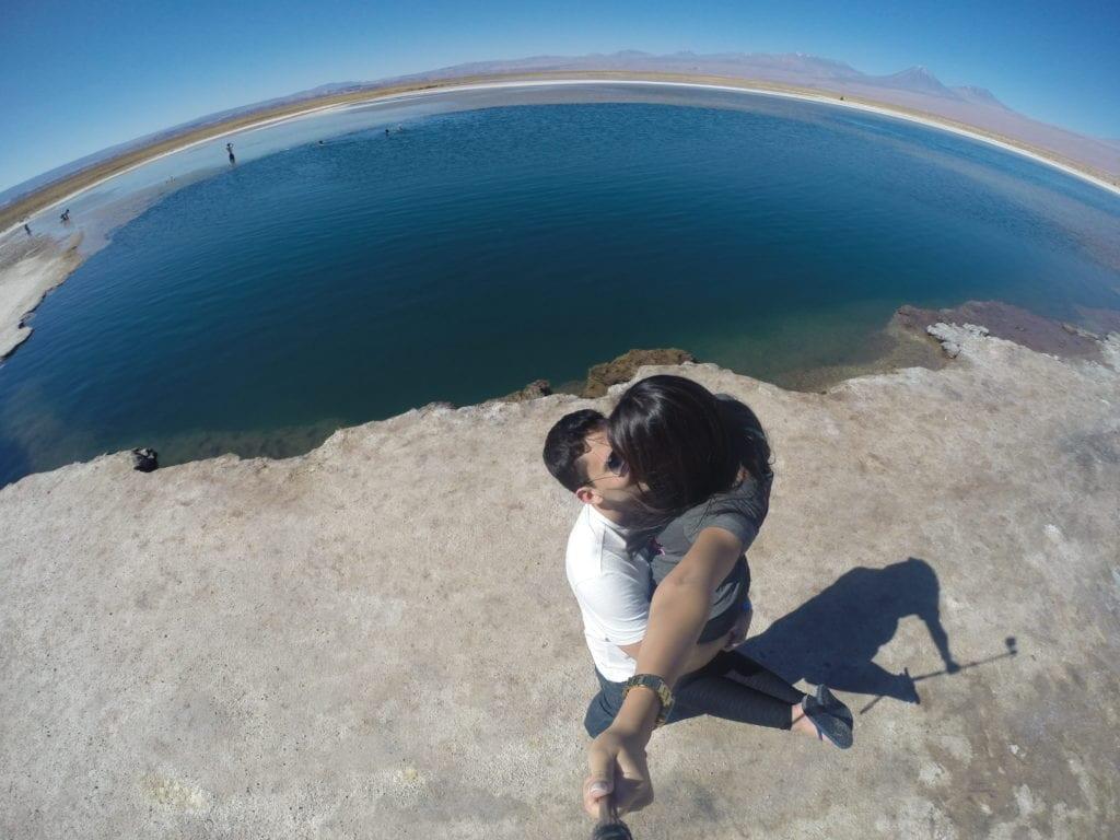 De chinelo e camiseta na Laguna Cejar - Atacama
