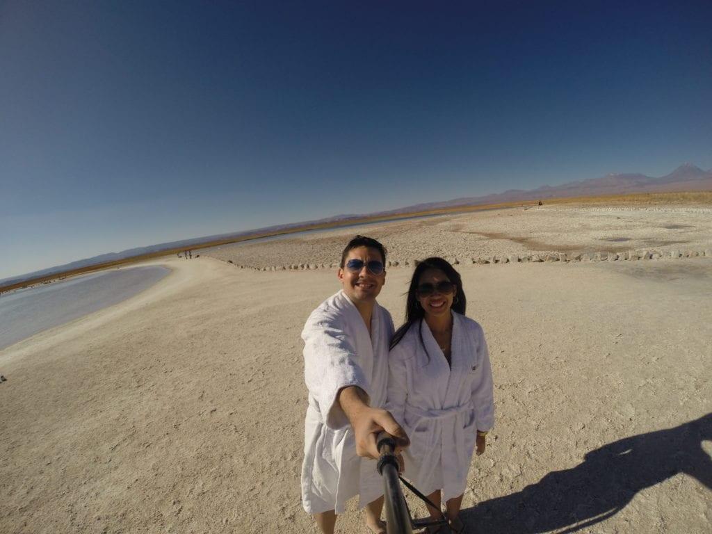 A Ayllu Atacama nos empresta esses roupões sempre que o passeio envolve água
