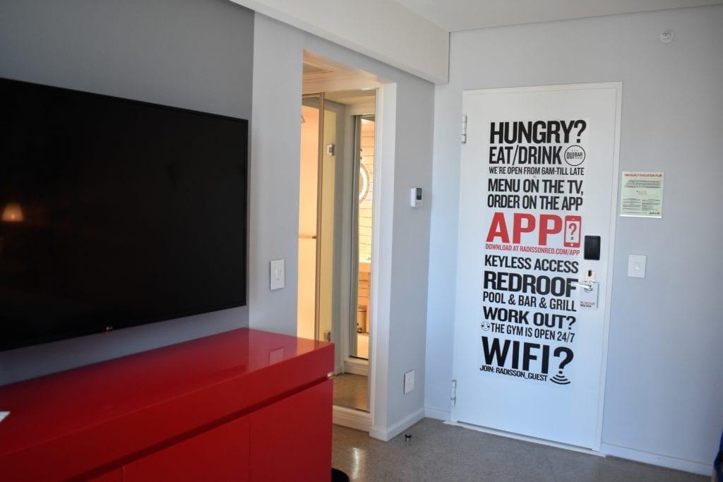 Informações acerca das facilidades do Radisson Red todas escritas na porta do studio
